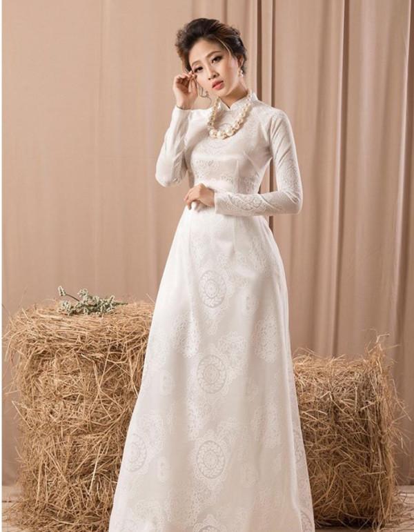 May áo dài cô dâu bằng vải lụa