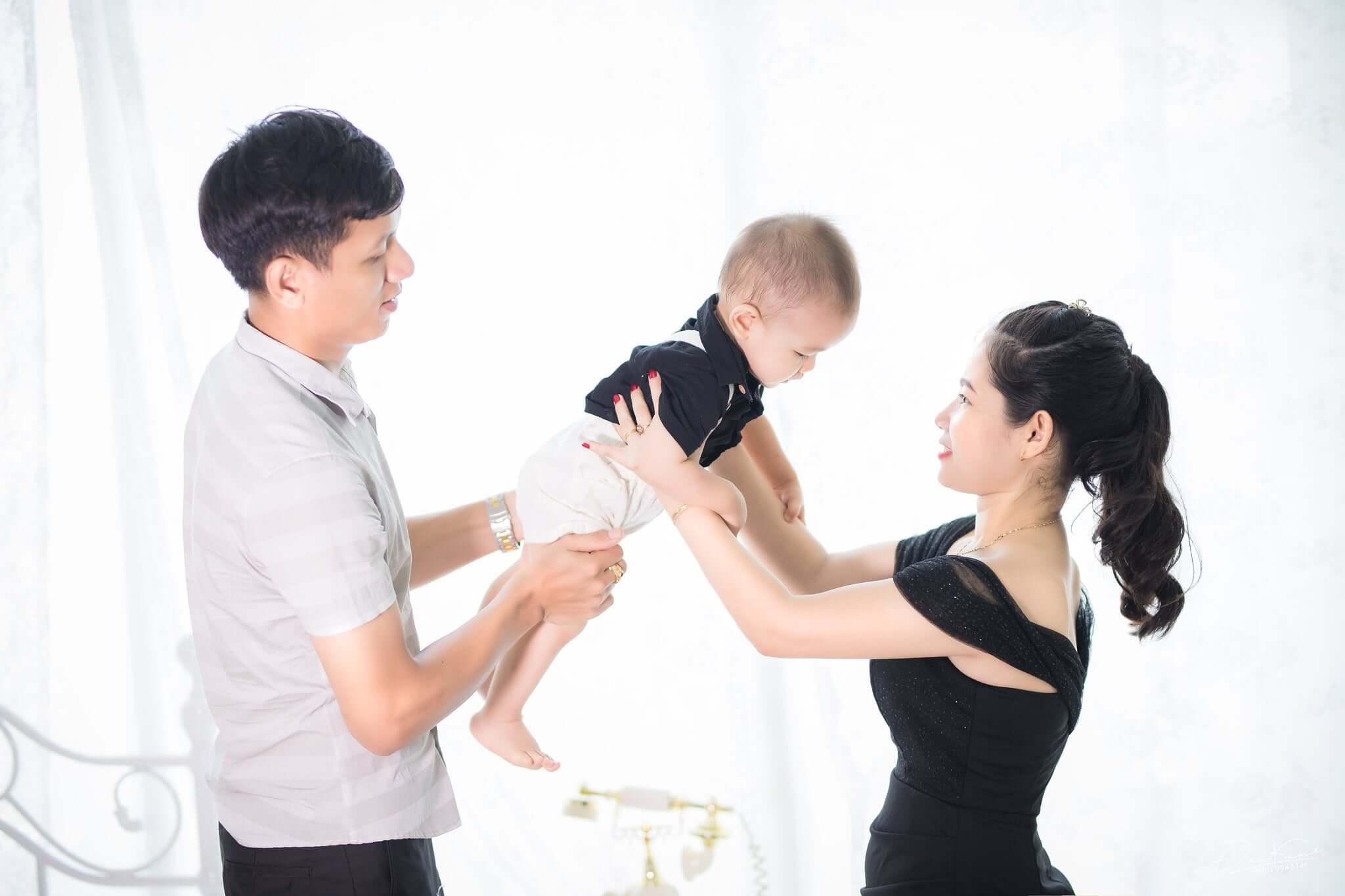 Cách tạo dáng chụp ảnh gia đình 3 người